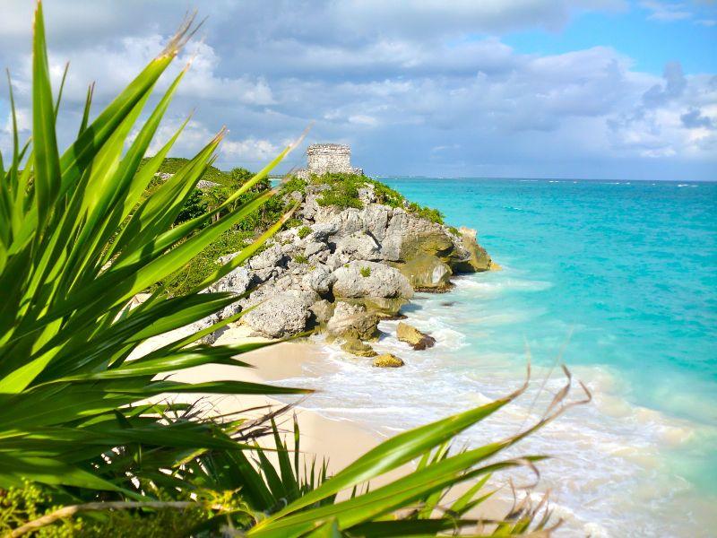 ruinas de Tulum y el mar Caribe de fondo