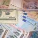 billetes de euros y dólares en efectivo