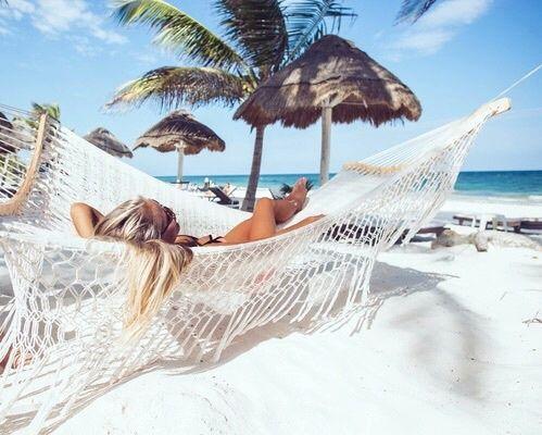 descansando en una hamaca en el Caribe