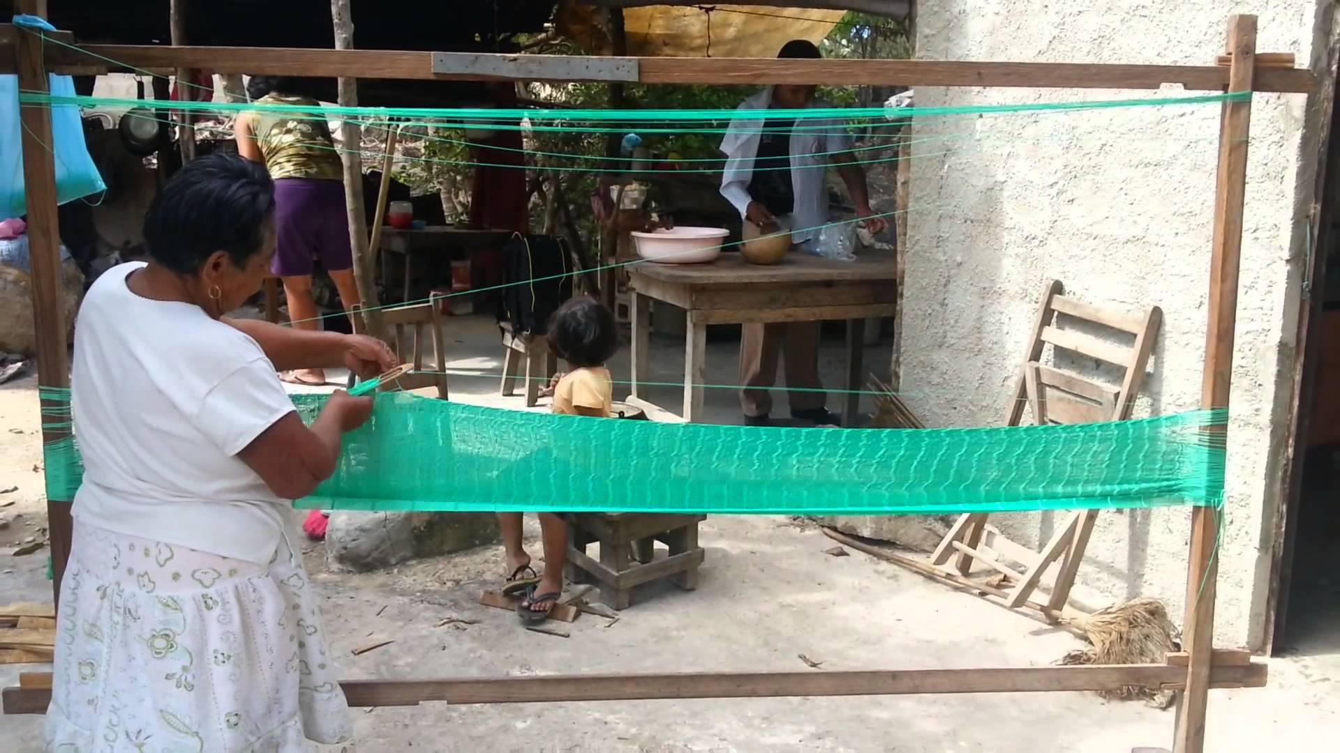 mujer maya confeccionando hamacas