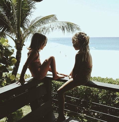 niños en el balcón de un hotel de la Riviera Maya