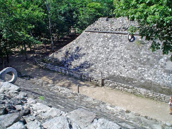 Cancha de pelota maya en Coba