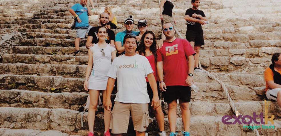 grupo de turistas de excursion con exotic mayan tour